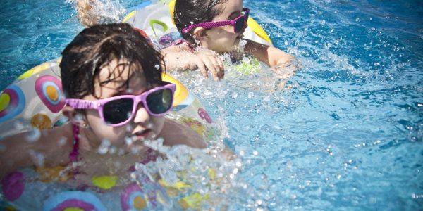 niños nadando